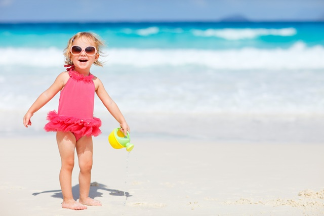 Lucrurile pe care trebuie sa le ai la tine atunci cand mergi la plaja cu copilul mic