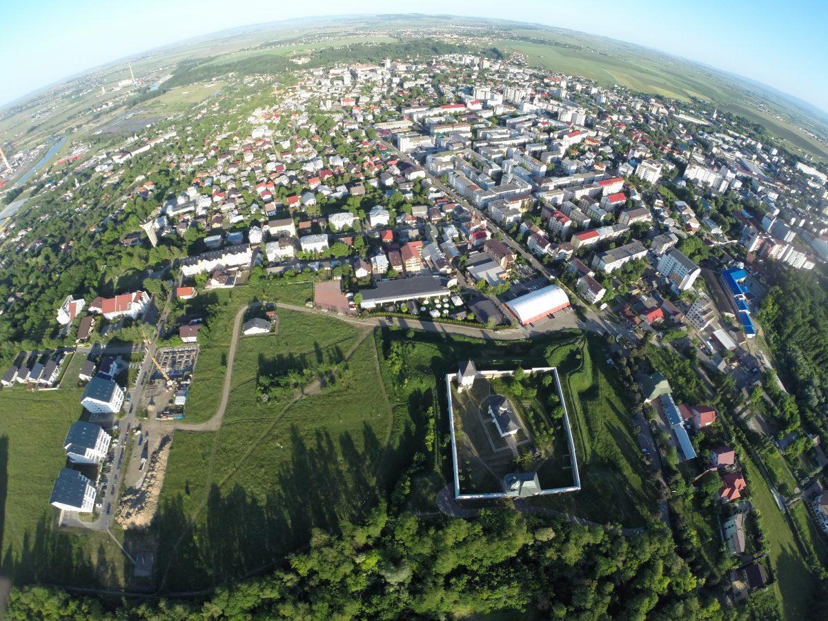 Imagine aeriană a Mănăstirii Zamca cu panorama oraşului Suceava e1517832705720