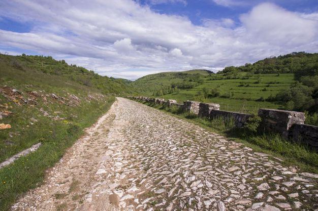 Satul unic din România cu drum de marmură de 10 kilometri