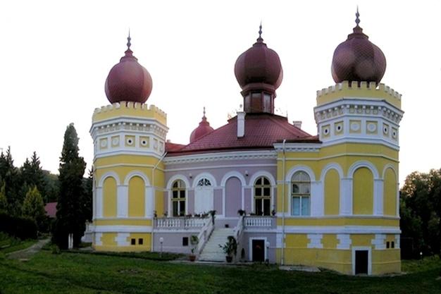 """Pare un palat din """"1000 şi una de nopţi"""", dar acest castel se află chiar în România!"""