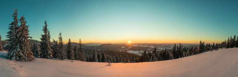 top view of mesmerizing view of the ski slope H4NTMDD