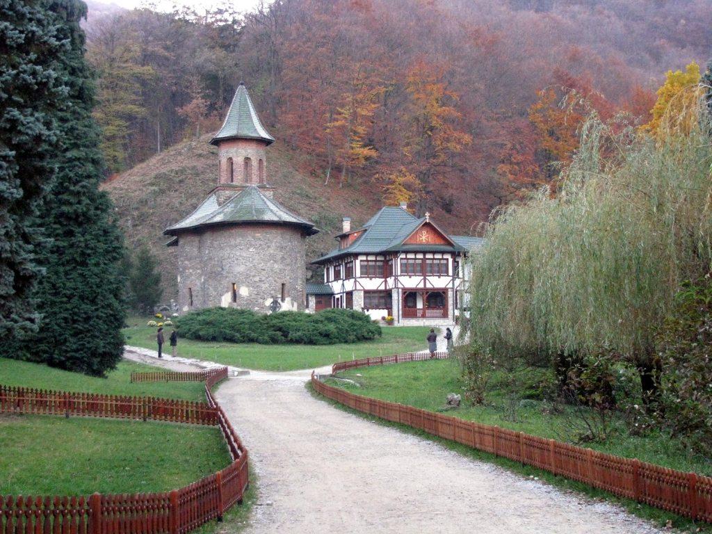 Dupa un drum de 3 kilometri credinciosii ajung la manastire