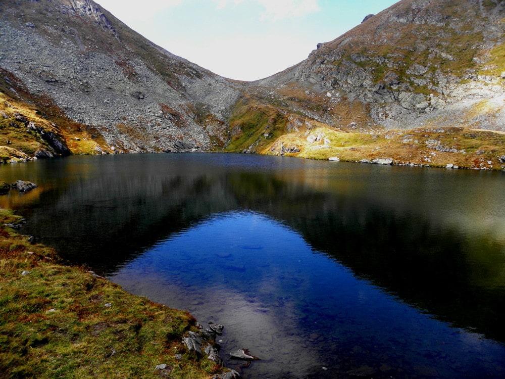 Apele de un albastru ireal alcatuiesc unul dintre cele mai importante lacuri piscicole 1