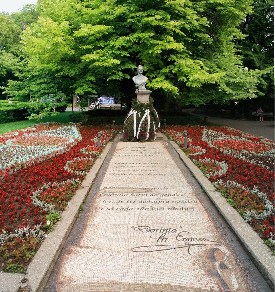 Parcul Copou Bustul si Teiul lui Eminescu privite dinspre mozaic 1 965x1024 2