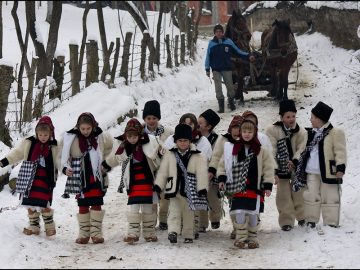 Colindatorii din Maramures strabat toate ulitele satului