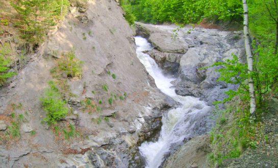 Cascada Putnei din comuna Tulnici flickr 545x330 1