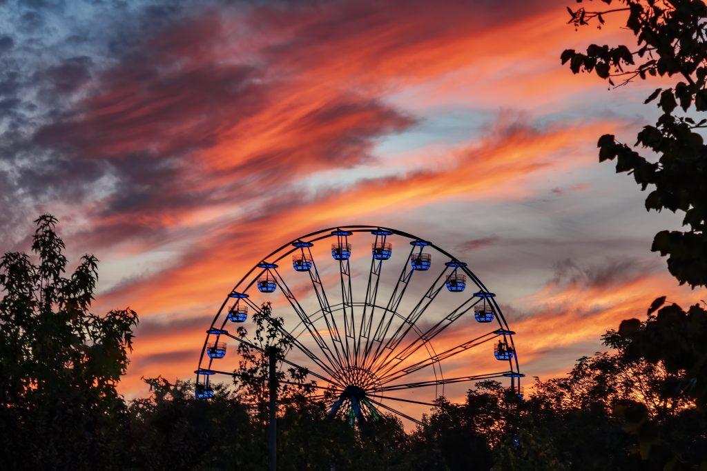 ferris wheel at sunset in tineretului park bucharest t20 rL6Epo