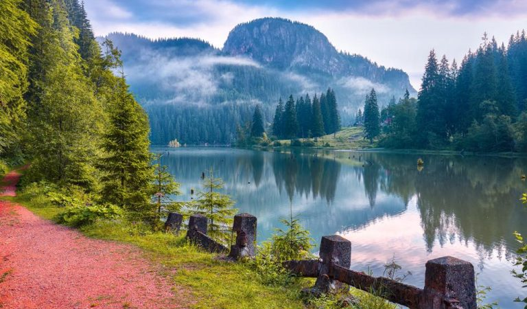 Lacul Roșu- legenda apei roșii de la poalele Muntelui  Hășmașul Mare
